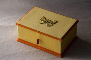 Gebrauchsgraphik - Kästchen Deckel bestickt Schmetterling