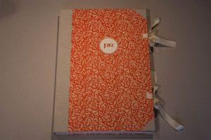 Gebrauchsgraphik - Notizbuch Papierbezug mit Monogramm und Schleifen